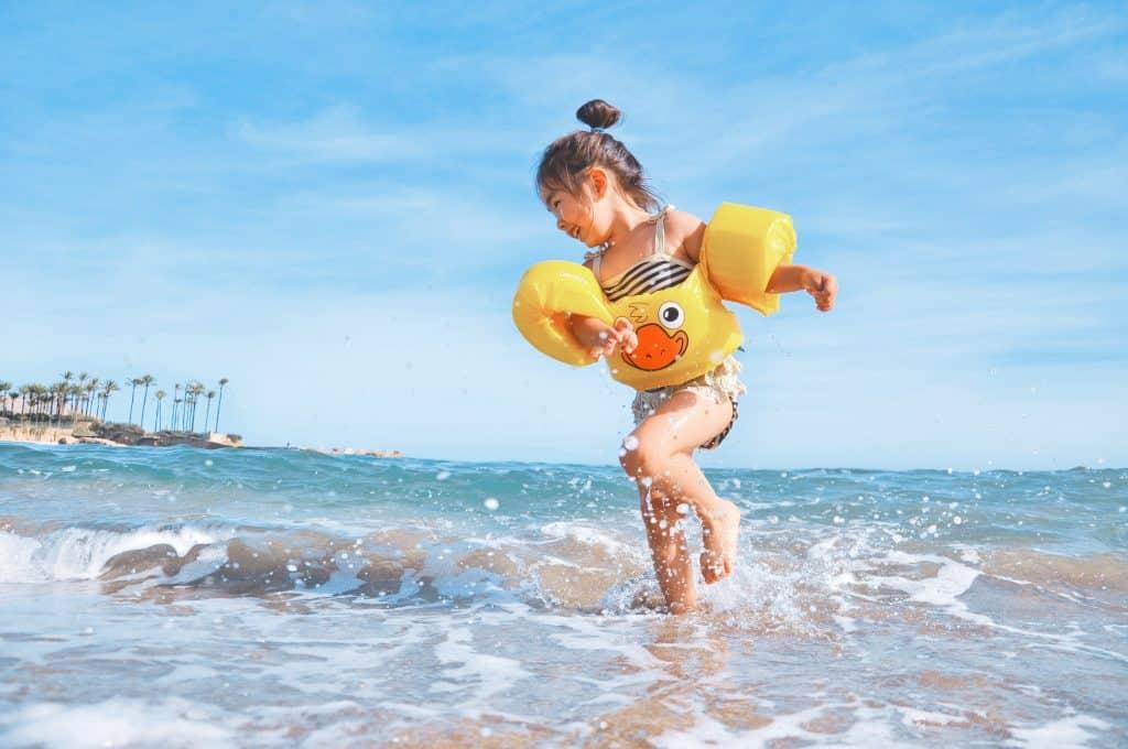 baby met zwembandjes